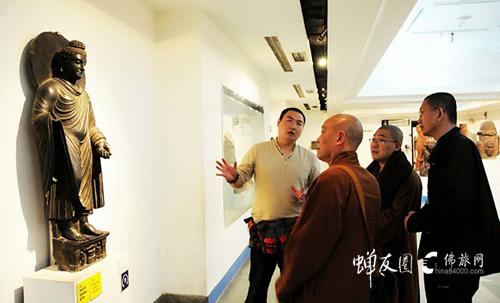 佛旅网印度朝圣之旅·领队德正为团员讲解印度佛像的知识