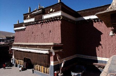 西藏桑耶寺上演千年神舞欢度经藏节