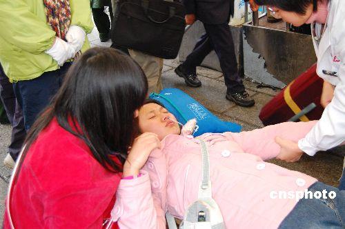 有旅客在现场晕倒 七万旅客仍滞留广州火车站