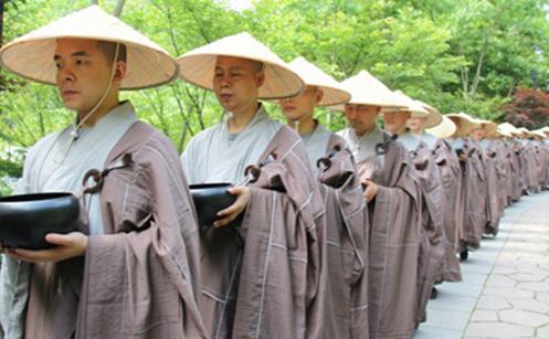 明海大和尚:佛制僧人托钵的奥秘 降服傲慢