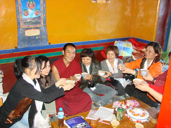 在佛学院与上师共饮酥油茶