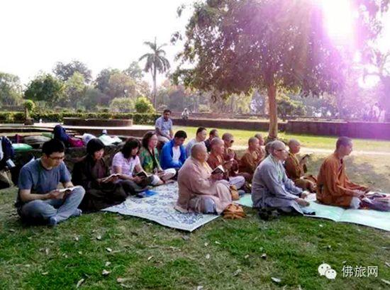 佛旅网印度尼泊尔朝圣之 法师领众于佛陀讲法台前共修《金刚经》