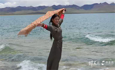 龙8国际娱乐官网网藏族员工 旺姆于圣湖纳木错