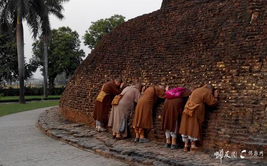 佛陀荼毗塔前至诚礼拜