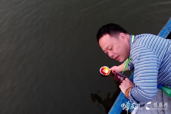 恒河上供灯·放生的可是自己的执着和生命中的苦涩?