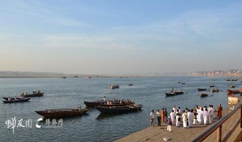 在印度恒河圣浴 感受生死轮回的从容