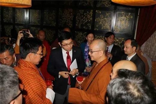 不丹外交大臣丹曲·多吉先生专程来到晚宴现场与学诚会长交流