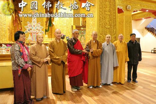 学诚会长向不丹释迦牟尼大佛像管理僧人赠送佛像