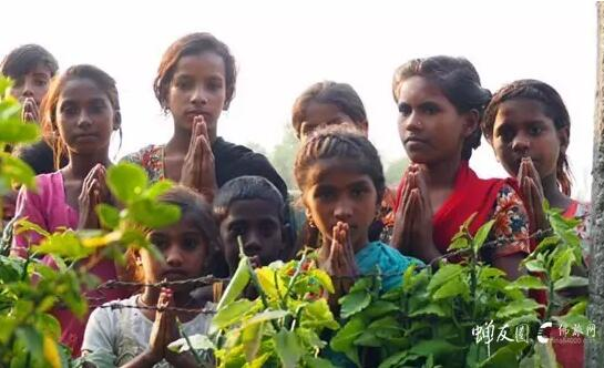 师父教印度的小孩合十,念阿弥陀佛