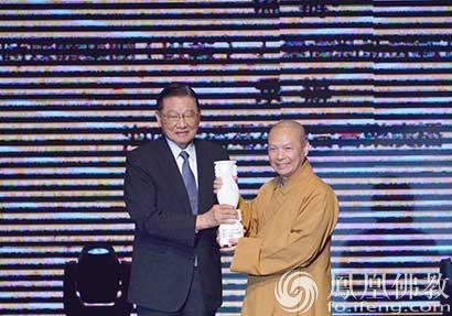 2016两岸诗会特别奖由佛光山常务副住持慧传法师代表受奖
