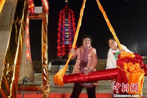 南京民众热闹跨新年 大报恩寺传统年俗受热捧
