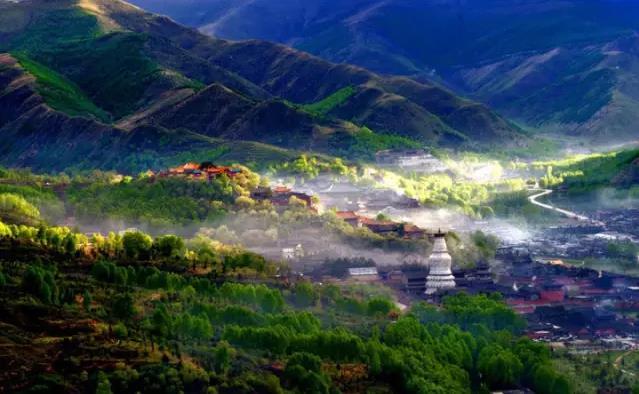五台山是内地唯一汉传佛教与藏传佛教并存的佛教圣地|五台山佛教朝圣