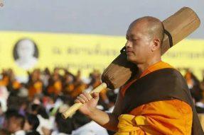 泰国僧侣的苦行,为何如此壮美