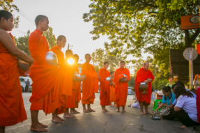 赤脚走过每一个清晨:没有伙房的泰国寺庙